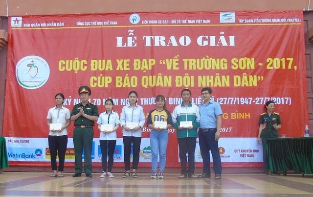 Đại diện Báo Quân đội nhân dân và Báo Dân trí, Quỹ Khuyến học Việt Nam trao học bổng cho các học sinh nghèo vượt khó