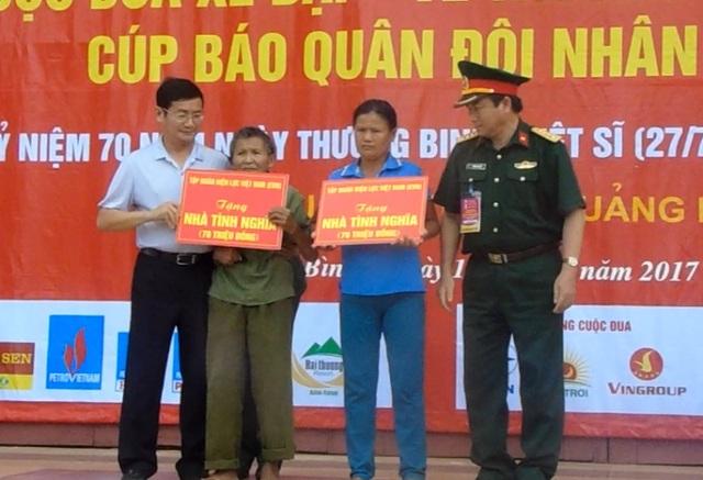 Ban tổ chức trao biểu tượng nhà tình nghĩa, mỗi căn trị giá 70 triệu đồng cho gia đình chị Nguyễn Thị Lưu và ông Lê Văn Long
