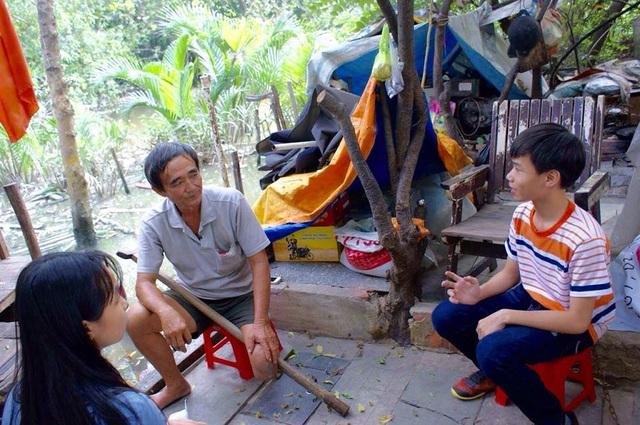 Học trò Trường THCS Văn Lang, TPHCM lăn xả xuống căn nhà ghe của chú thương binh Lê Văn Đực ở gầm cầu để học Văn