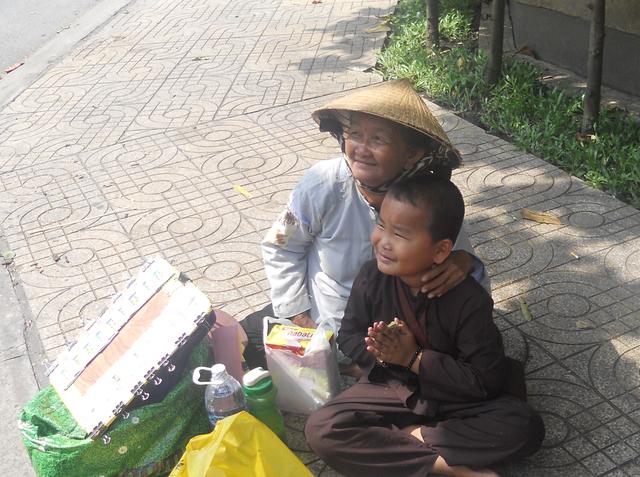 Hình ảnh hai bà cháu bán vé số giữa trung tâm thành phố đã lôi kéo sự chú ý của các em học sinh