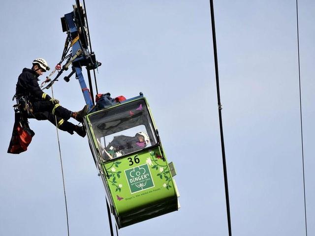 Một số cabin ở độ cao tới 40 m, đòi hỏi lực lượng cứu hộ làm việc thận trọng để đưa các hành khách xuống mặt đất an toàn. (Ảnh: EPA)