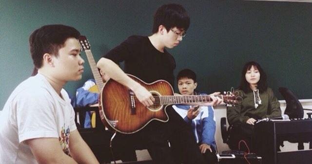 Yêu thích âm nhạc, Đức Anh chơi rất tốt guitar.