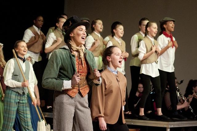 Nữ sinh trường Harrogate Ladies' College trong buổi nhạc kịch của trường