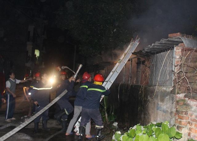 Cảnh sát PCCC tiếp cận hiện trường vụ cháy.