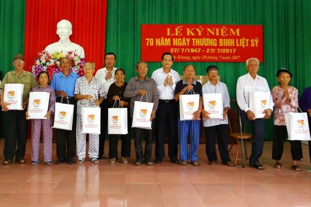 Đoàn công tác Bộ LĐ-TB&XH tặng quà tới các đối tượng chính sách xã Trực Khang, Nam Định.