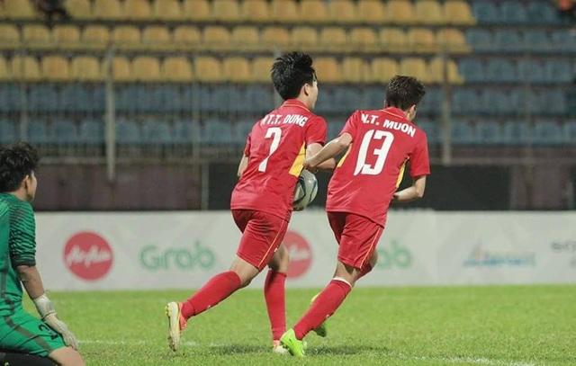 Tuyết Dung và Nguyễn Thị Muôn ăn mừng bàn thắng thứ tư cho đội tuyển Việt Nam, ảnh: Q.H