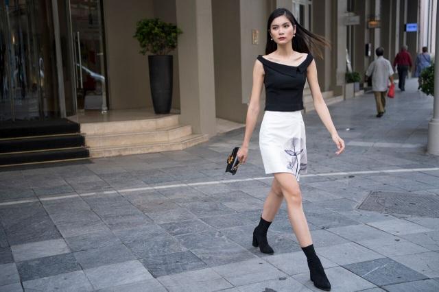 Những thiết kế ngắn giúp cô kheo chân dài miên man.