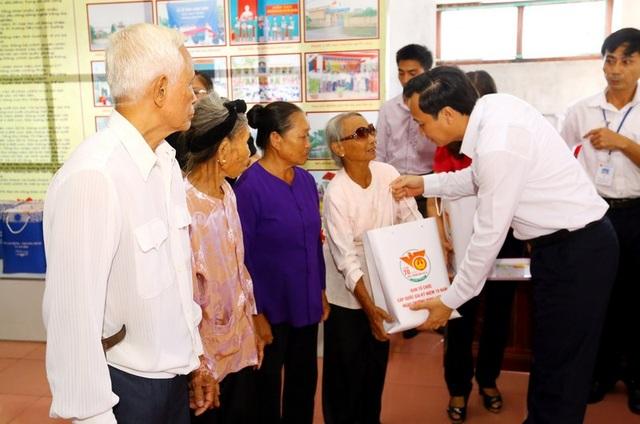 Bộ trưởng Đào Ngọc Dung tặng quà tới đại diện gia đình người có công tại xã Trực Khang, Nam Định.