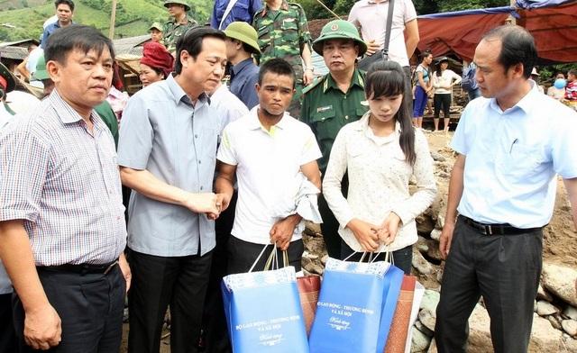 Bộ trưởng Đào Ngọc Dung trao quà tới gia đình người dân bị ảnh hưởng trong trận lũ đêm 2/8 tại Sơn La.