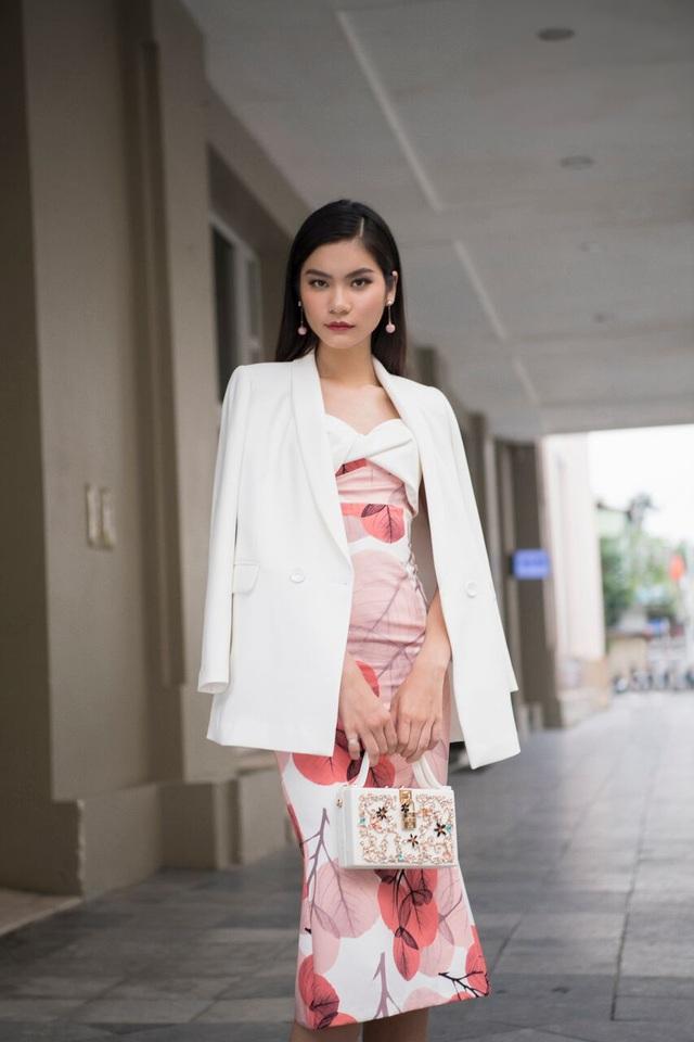 Cô đổi phong cách trẻ trung năng động sang thanh lịch với set đầm dài kết hợp áo choàng trắng nhẹ nhàng.