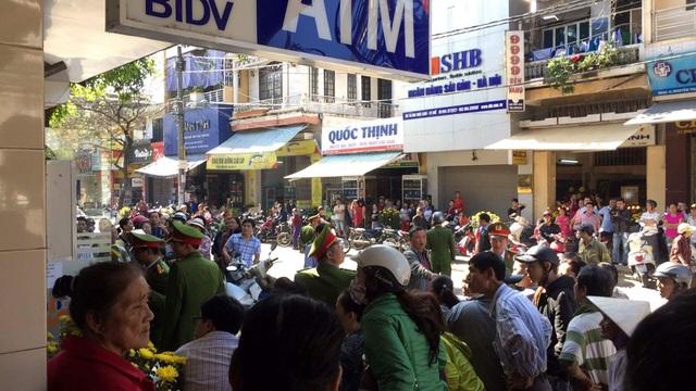 Rất đông người dân đã đến xem thực nghiệm hiện trường vụ cướp ngân hàng BIDV Huế (ảnh: P.Chi)