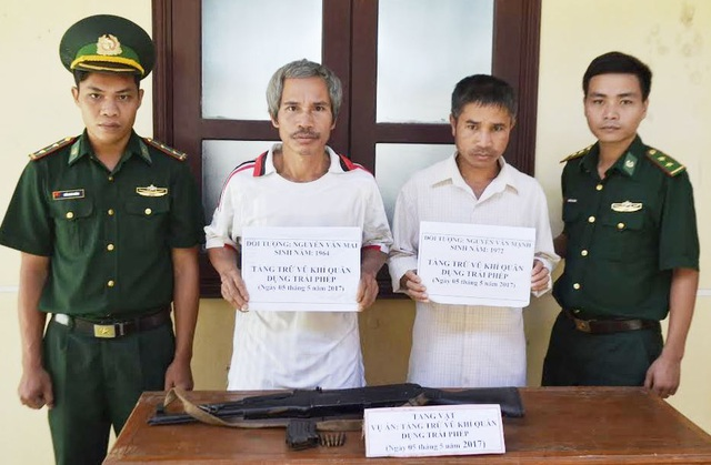 Đối tượng Mai (trái) và Mạnh (phải) bị bắt giữ cùng khẩu súng AK và hộp tiếp đạn còn 5 viên