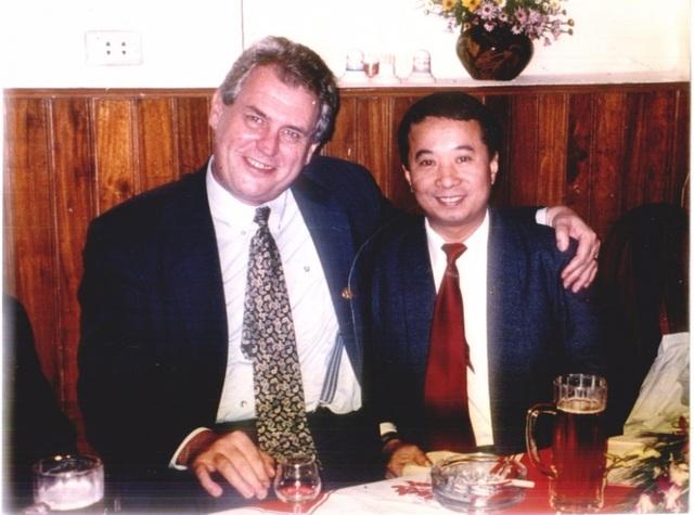 Nhà văn Đỗ Ngọc Việt Dũng gặp gỡ Tổng thống Milos Zeman khi ông còn là Thủ tướng Czech vào năm 1999. (Ảnh do nhân vật cung cấp).