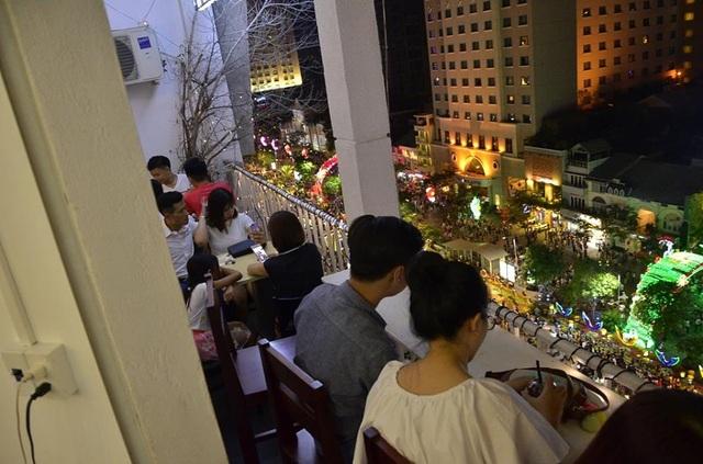 Đường hoa Nguyễn Huệ từ góc nhìn tại một quán cà phê trên cao ốc.