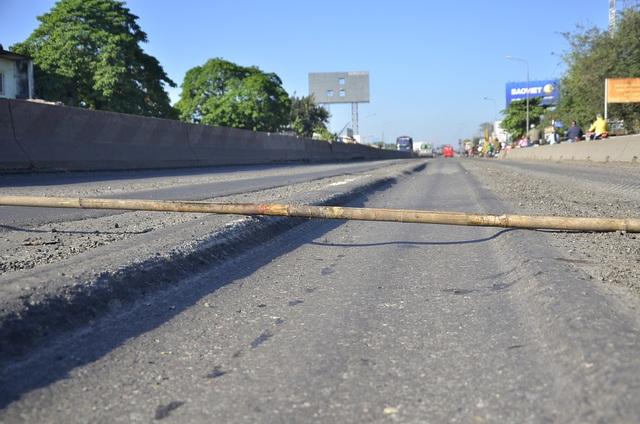 Nhiều điểm mặt đường bị lún tạo thành rãnh sâu khoảng 20cm