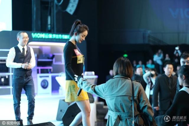 Dương Mịch diện váy ngắn, giày cao gót nhưng đi lại rất cẩn trọng trong một sự kiện diễn ra vào tối 26/3 tại Thượng Hải, Trung Quốc.