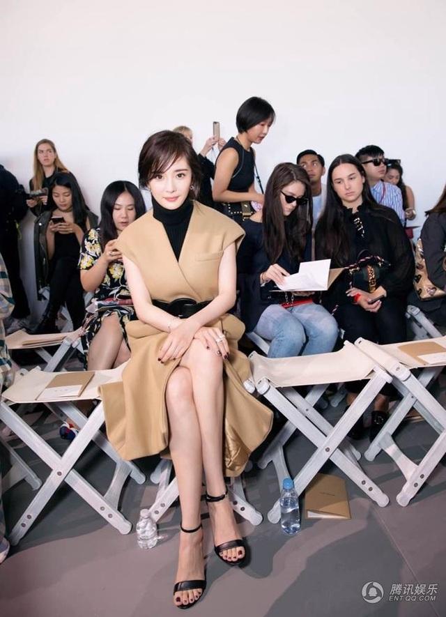 Dương Mịch là khách mời tại tuần lễ thời trang New York 2017, ngày 13/9. Người đẹp 31 tuổi ngồi trên hàng ghế đầu của một show diễn thời trang.