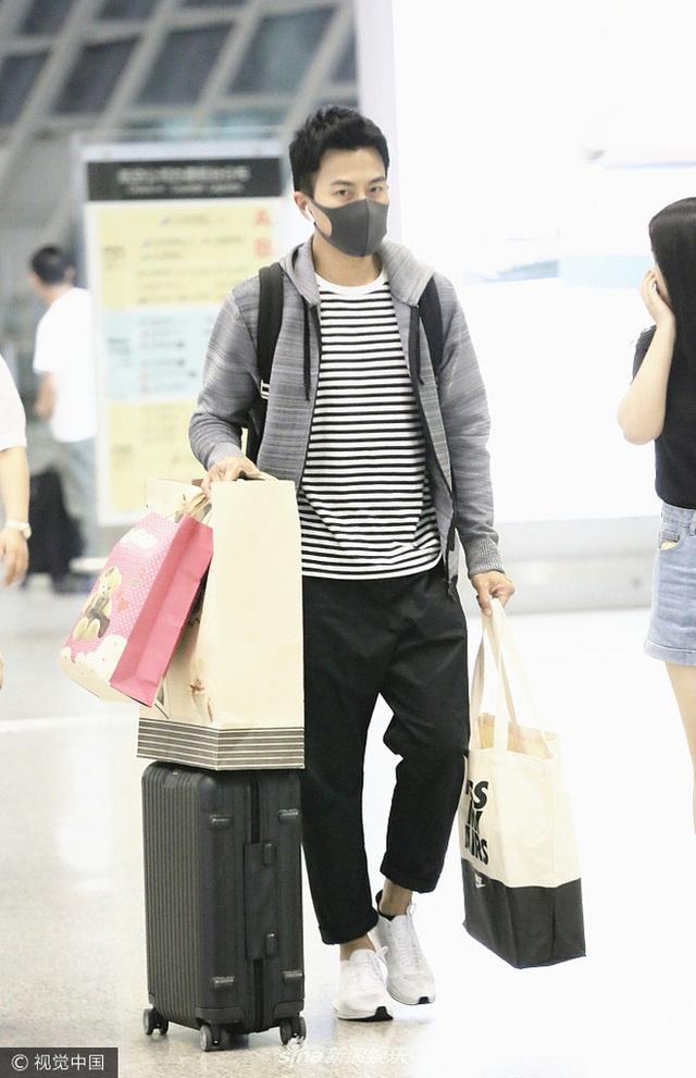 Trước đó, vào ngày 31/5, Lưu Khải Uy cũng có mặt một mình tại sân bay. Anh mang theo khá nhiều hành lý và túi xách lớn nhỏ. Được biết, anh về Hồng Kong để dự sinh nhật con gái cưng.