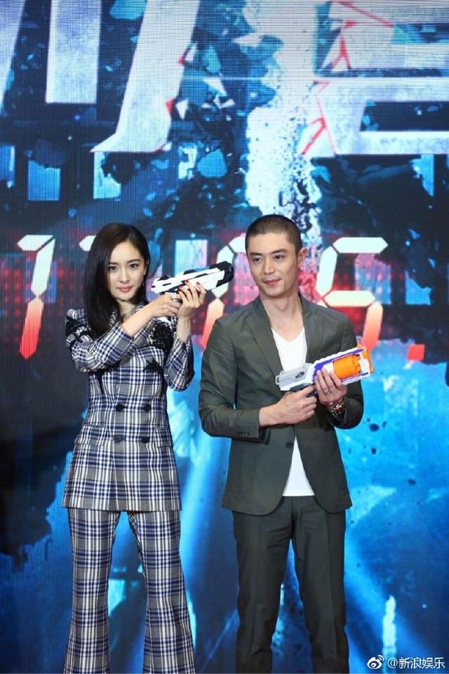 Trước đó, vào ngày 31/5, Dương Mịch sánh đôi cùng Hoắc Kiến Hoa tại buổi ra mắt bộ phim mới tại Bắc Kinh.