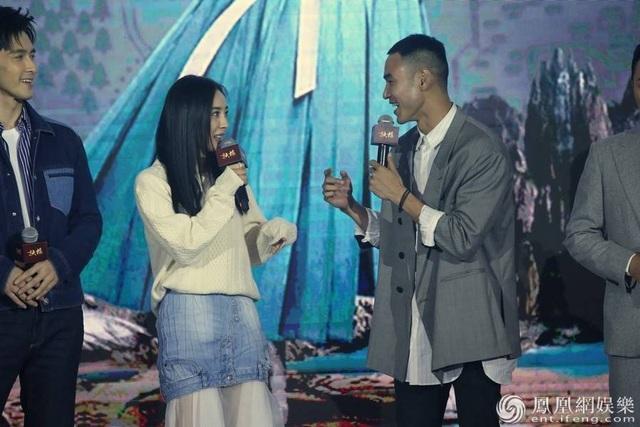 Dương Mịch và Nguyễn Kinh Thiên rất thoải mái và tự nhiên khi tung hứng với nhau trên sân khấu.