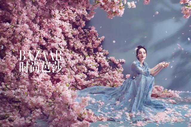 Cũng khoảng 1 tháng nay, Dương Mịch dính tin đồn bầu bí. Cô cũng thường xuyên diện trang phục rộng rãi và di chuyển cẩn trọng trên giày cao gót tại các sự kiện.