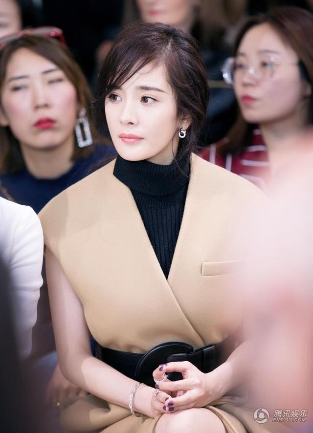 Dương Mịch là gương mặt đại diện cho nhãn hiệu thời trang danh tiếng này tại châu Á. Đây là vinh dự lớn với một ngôi sao trẻ như Dương Mịch.