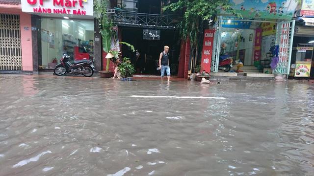 """Hình ảnh người Hà Nội """"vượt lũ"""" sau trận mưa như trút - 11"""