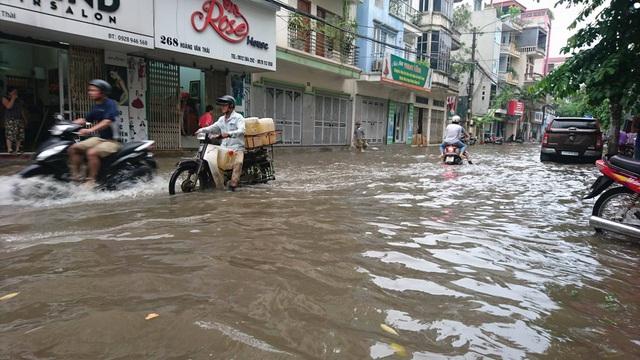 """Hình ảnh người Hà Nội """"vượt lũ"""" sau trận mưa như trút - 12"""