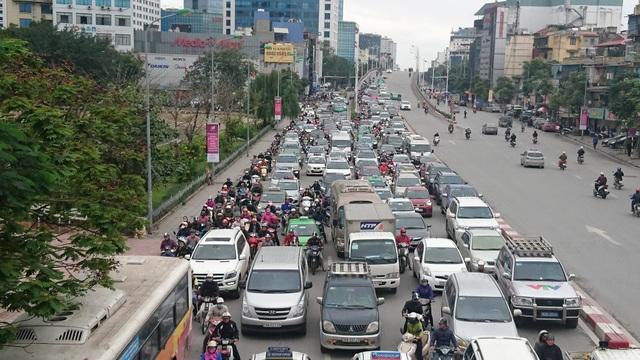 Hà Nội: Đường Nguyễn Chí Thanh bất ngờ ùn tắc kéo dài - 1