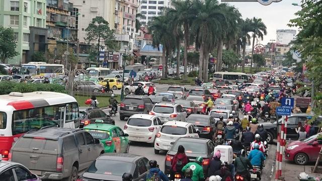 Hà Nội: Đường Nguyễn Chí Thanh bất ngờ ùn tắc kéo dài - 6