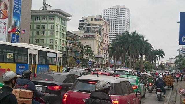 Hà Nội: Đường Nguyễn Chí Thanh bất ngờ ùn tắc kéo dài - 4