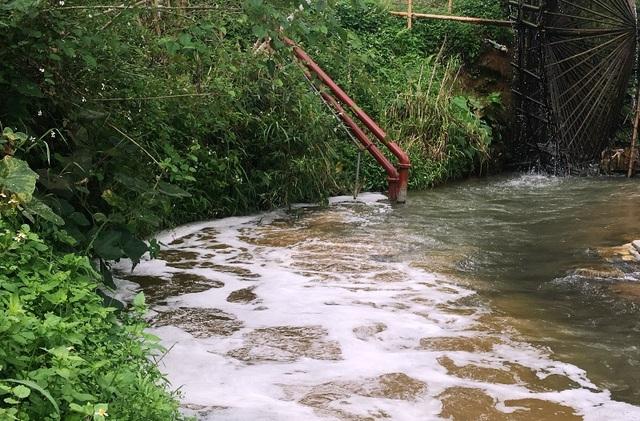 Nước từ đường ống khi mở ra, chạy ngầm xuống dưới lòng sông Âm