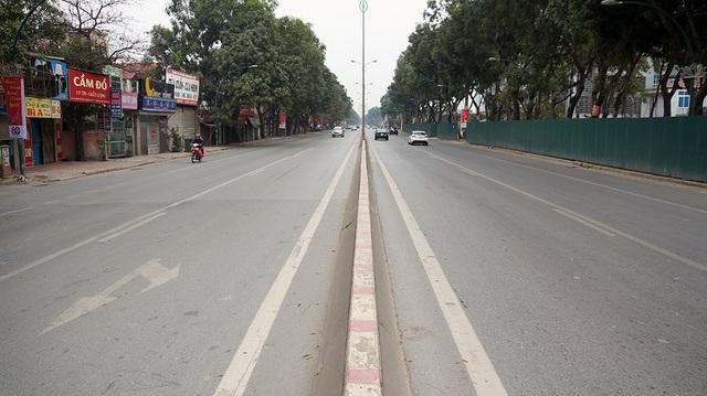 Đường Phạm Văn Đồng cửa ngõ ra vào của Thủ đô vào ngày thường luôn đông đúc các phương tiện di chuyển, trong ngày đầu năm mới cũng trở nên thưa thớt.