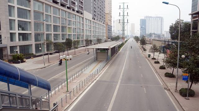 Trục đường Lê Văn Lương – Tố Hữu từng là nỗi ám ảnh của người dân khi tham gia giao thông vào giờ cao điểm hôm nay cũng trở nên thông thoáng, đường phố vắng bóng người qua lại.