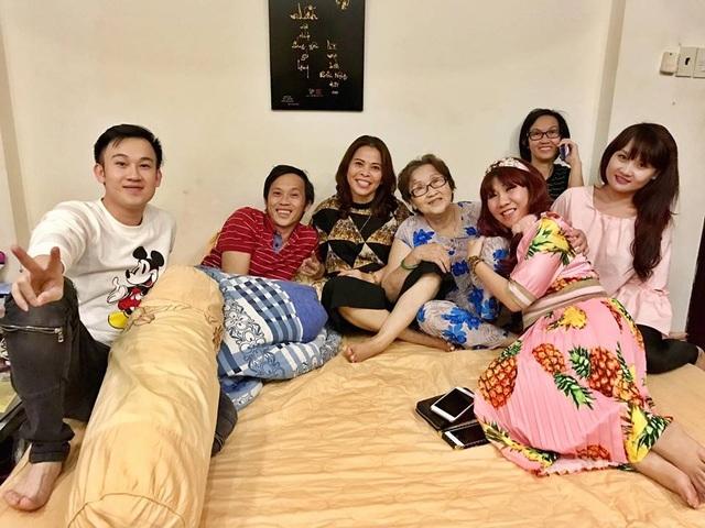"""Ca sĩ Dương Triệu Vũ cùng cả gia đình chụp ảnh vui vẻ bên nhau. Có cả danh hoài Hoài Linh. Dương Triệu Vũ hào hứng: """"Gia đình hội họp... thấy mẹ khỏe và vui tươi là tụi con hạnh phúc... 80 tuổi trẻ..."""""""
