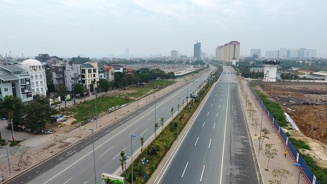 Cảnh bình yên, vắng vẻ hiếm có của Thủ đô. Trong ảnh là đường Võ Chí Công đoạn dẫn từ Cầu Nhật Tân đến đường Vành đai 2 gần như không có người tham gia giao thông.