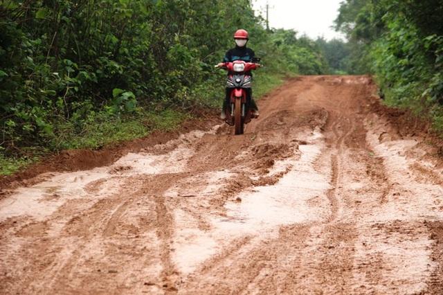 Người dân mỗi ngày phải đi lại trên tuyến đường lầy lội bùn đất