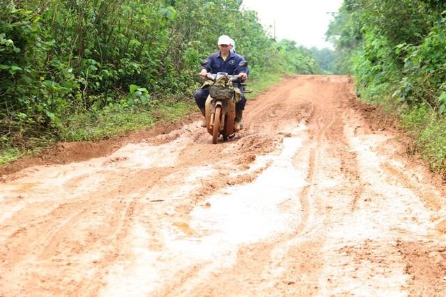Đoạn đường dẫn lên Khu kinh tế mới Trảng Rộng dài hơn 6 km bị ngập bùn