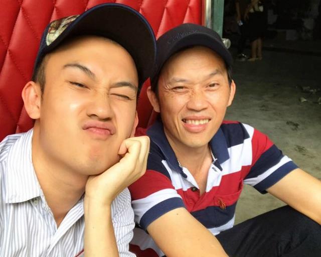 Dương Triệu Vũ khoe ảnh tự sướng với anh trai là nghệ sĩ Hoài Linh. Anh viết: Có ông anh nổi tiếng là đẹp trai thích thiệt. Ông Tư và ông Bảy.
