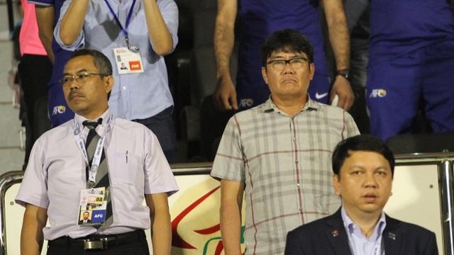 Ông Dương Vũ Lâm (đứng trên, bên phải) khen U22 Việt Nam tại vòng loại U23 châu Á - ảnh: Trọng Vũ