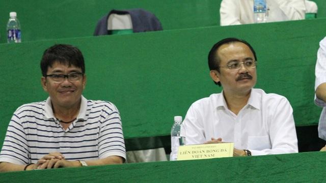 Cựu trưởng Ban trọng tài Dương Vũ Lâm (trái) khi còn tại vị sẵn sàng nhận xét các trọng tài hoàn thành hay không hoàn thành nhiệm vụ trong các trận đấu cụ thể (ảnh: Trọng Vũ)