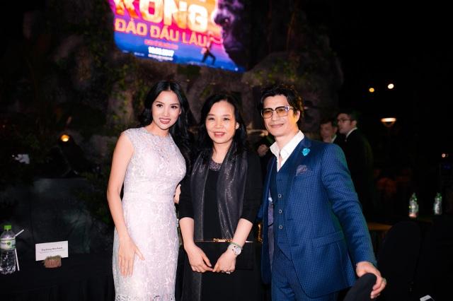 Vợ chồng Dustin Nguyễn - Bebe Phạm chụp ảnh cùng bà Ngô Phương Lan, Cục trưởng Cục Điện ảnh trước khi xảy ra sự cố. Ảnh: Phạm Thế Đông.