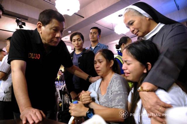 """Người phát ngôn của Tổng thống Duterte, ông Harry Roque, cho biết Tổng thống đã """"an ủi người thân của các nạn nhân rằng chính phủ Philippines sẽ giúp đỡ họ"""" vượt qua khó khăn. (Ảnh: Rappler)"""
