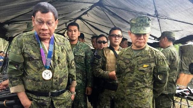 Tổng thống Duterte (trái) tới thăm các binh sĩ tại Marawi (Ảnh: AFP)