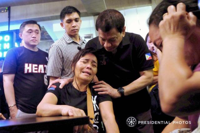Chuyến đi của Tổng thống Duterte tới Davao, quê nhà của ông, là không báo trước. Tổng giám mục thành phố Romulo Valles cũng đi cùng Tổng thống tới chia buồn cùng gia đình các nạn nhân. (Ảnh: Rappler)