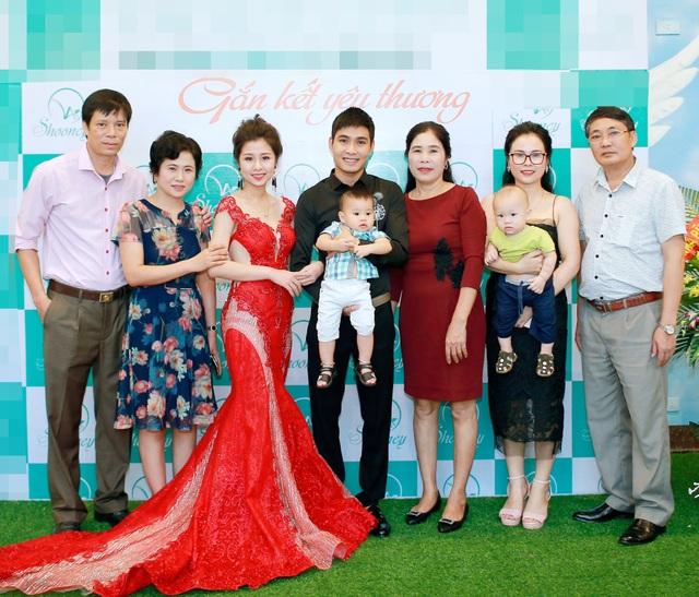 Người thân và khách mời chụp ảnh cùng Phan Hương, doanh nhân Hồ Thị Lan Anh.