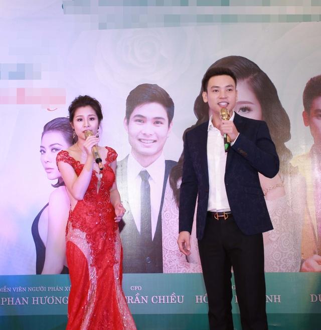 Em gái Phan Hương song ca với ca sỹ Duy Khoa.