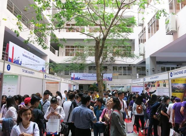 Hàng ngàn học sinh, sinh viên ở Quảng Nam, Đà Nẵng tham dự Triển lãm Du học Đài Loan tổ chức tại ĐH Duy Tân