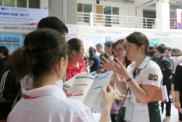 Đại diện các trường đại học ở Đài Loan giới thiệu, tư vấn kỹ lưỡng về các ngành đào tạo cũng như các suất học bổng du học Đài Loan đến các học sinh, sinh viên tham dự Triển lãm