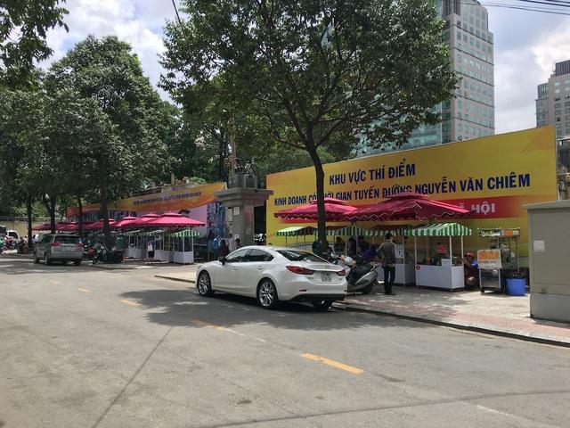 Nay dự án Lavenue Crown vẫn chưa động đậy nên một phần bên ngoài mặt đường Nguyễn Văn Chiêm được trưng dụng là nơi đặt các xe đẩy cho tuyến phố hàng rong thí điểm của Quận 1, TPHCM